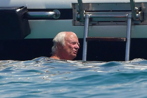 Kaarle XVI Kustaa kävi viilentymässä merivedessä.