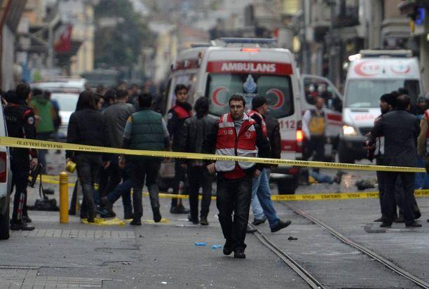 Poliisi eristi alueen, jolla itsemurhaisku tapahtui Istanbulissa.