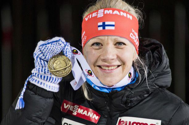Kaisa Mäkäräinen voitti vuonna 2015 kotikisoissaan Kontiolahdella normaalikilpailun MM-pronssia. Ilo oli ylimmillään.
