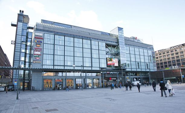 Narinkkatori sijaitsee Kampin keskuksen edustalla.