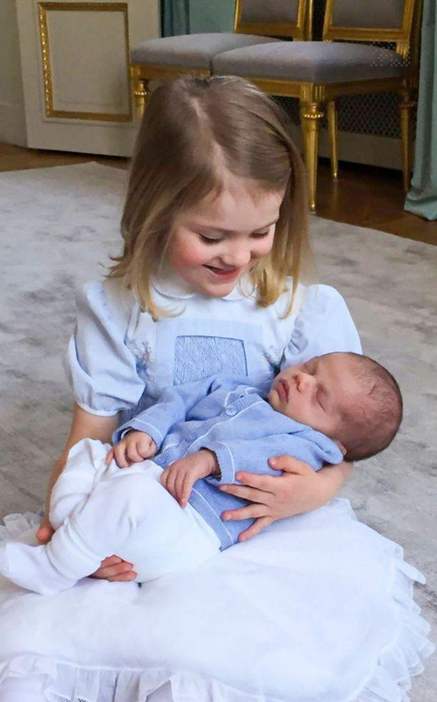 Estelle on prinssi Oscarin ylpeä isosisko.