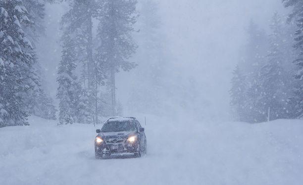Näkyvyys läntisessä Suomessa heikkenee sankan lumisateen myötä.
