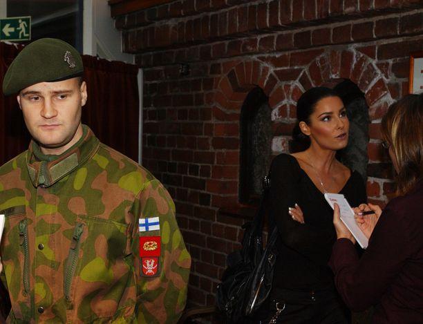 Joonas ja Karita Pelastakaa sotamies Hytönen -ohjelman pressitilaisuudessa.