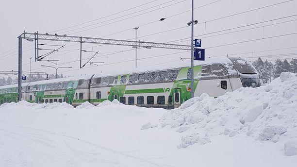 Juna pääsi jatkamaan matkaa, mutta myöhästyy aikataulustaan tunteja.