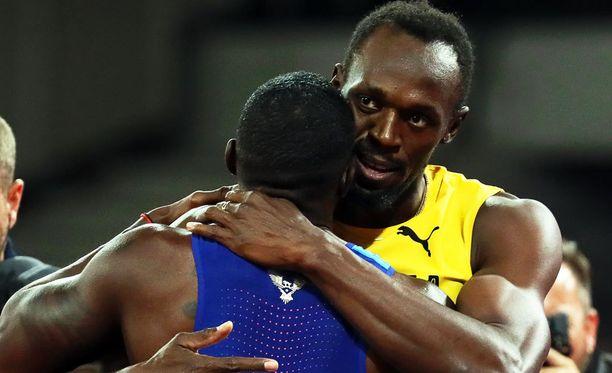 Usain Bolt onnitteli rehdisti viime vuosien kovinta kilpakumppaniaan Justin Gatlinia, joka onnistui Boltin voittamisessa viimeisellä mahdollisella hetkellä.