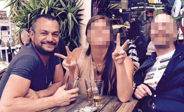 Ramis Jonuzi (vas.) joutui henkirikoksen uhriksi Airbnb-asunnossa.