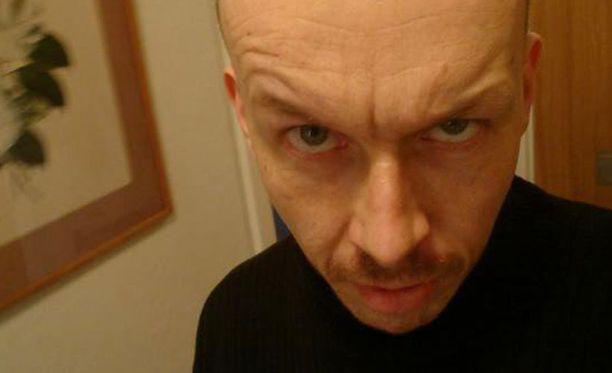 Peter Mangsin isä on suomalainen. Ensimmäisen uhrinsa Mangs ampui jo vuonna 2003, muut ampumiset tapahtuivat vuosina 2009-2010 Malmössä.