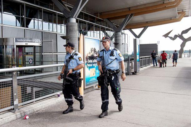 Norjassa aseistetut poliisit päivystävät katuja kohonneen terroriuhan vuoksi.