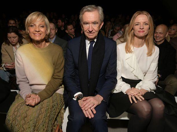 Bernard Arnault puolisonsa Helenen (vas.) ja tyttärensä Delphine Arnaultin kanssa Celinen muotinäytöksen eturivisä huhtikuussa 2019.