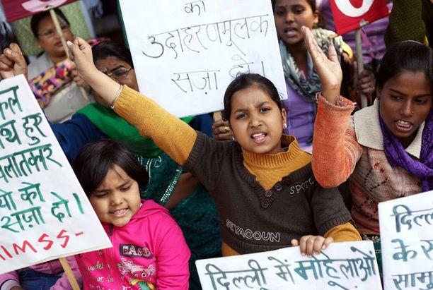 Naisaktivistit ja lapset osoittivat mieltään Delhissä tiistaina.
