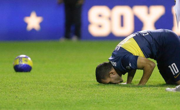 Tevez intoutui jopa suutelemaan seuransa stadionin nurmea.