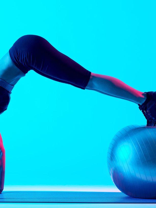 Lihaskunto voi kehittää monella tavalla, vaikkapa tällaisella pilatesharjoituksella.