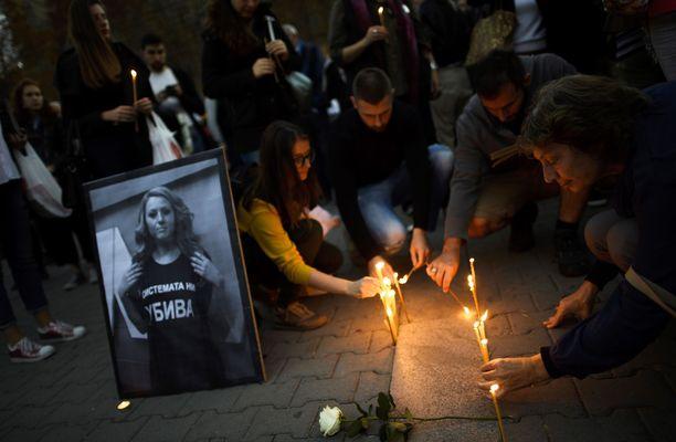 Sadat ihmiset muistivat Marinovaa Bulgarian pääkaupungissa Sofiassa maanantaina.