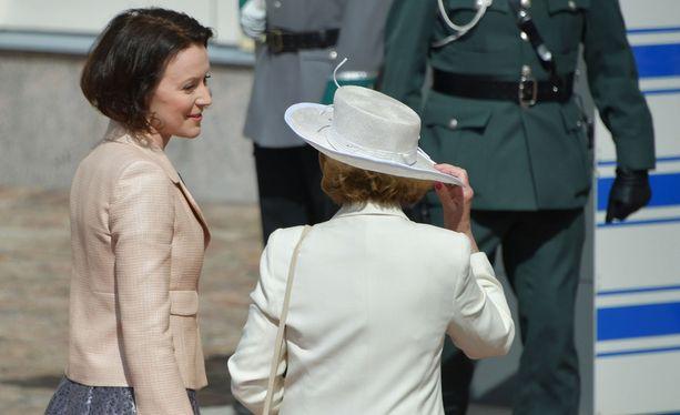 Norjan kuningatar Sonja taisteli urhoollisesti tuulessa lierihattunsa kanssa.