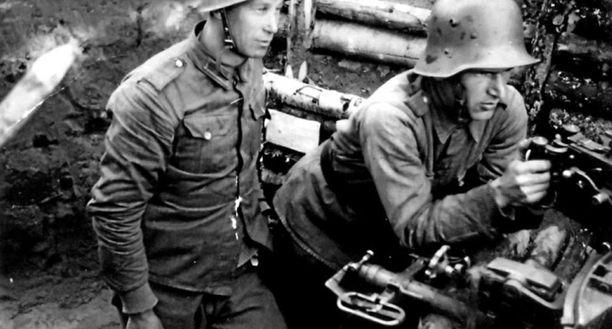Alikersantti Rokan aito esikuva Viljam Pylkäs (vas.), ja Suen Tassun esikuva Toivo Ruuna taistelivat jatkosodassa samassa jalkaväkirykmentissä.
