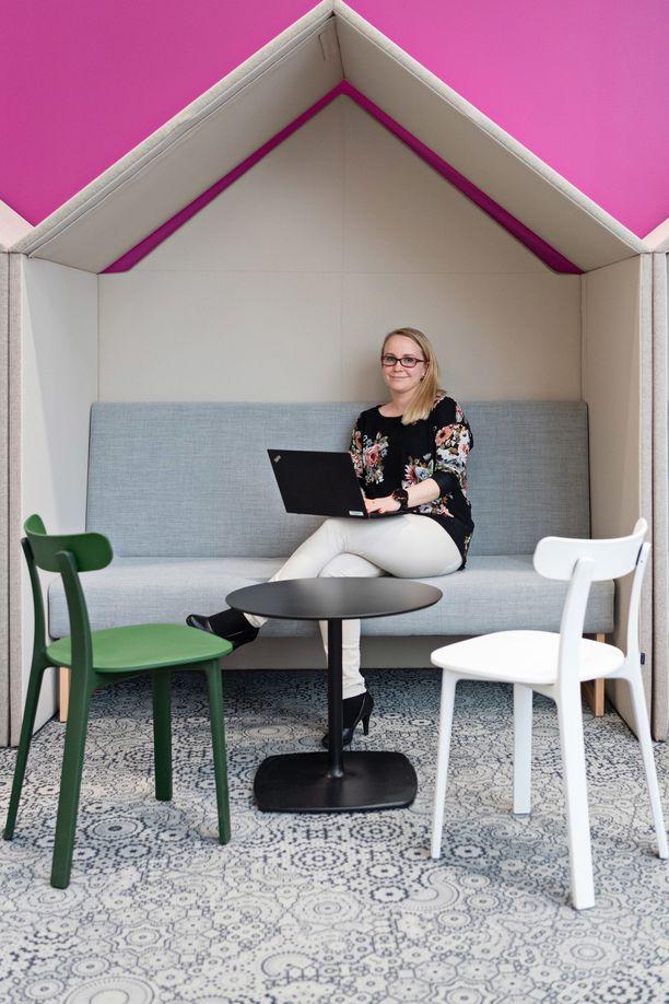 Heidi viihtyy uudessa työpaikassaan, koska yrityksen yhteishenki on hyvä.