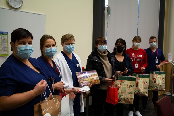 Yrittäjät antoivat joululahjan keskussairaalan henkilökunnalle. Kuvassa myös lahjoituksen vieneet Arja Salmenoja (kolmas oikealta) ja Minna Haantaus-Pekarila (neljäs oikealta).