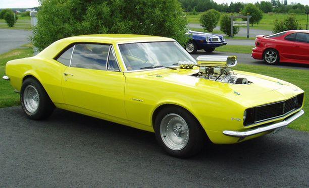 Mika kutsuu vuosimallin 1967 Chevrolet Camaroaan syntymähäjyksi. - Ostin jokunen vuosi sitten moottorivikaisena. Tehtiin uusi moottori ja laitettiin siihen remmiahdin (teho 400 hv, vääntö 680 nt ), autoa muutenkin laiteltu pikkuhiljaa, Mika kertoo.