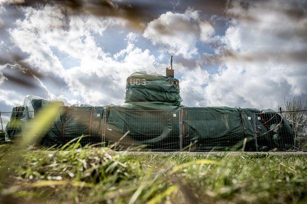 Tanskassa oleva sukellusvene on nyt peitetty vihreällä pressulla.