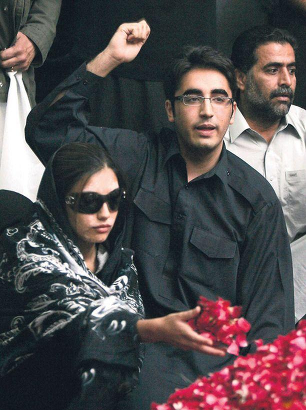 Arkun äärellä – Kauan eläköön Bhutto! Bilawal huusi osallistuessaan viikonloppuna äitinsä hautajaisiin Pakistanissa.