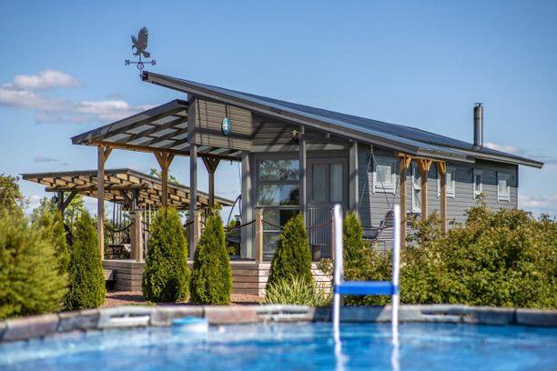 Saunarakennus on tehty merikontista.
