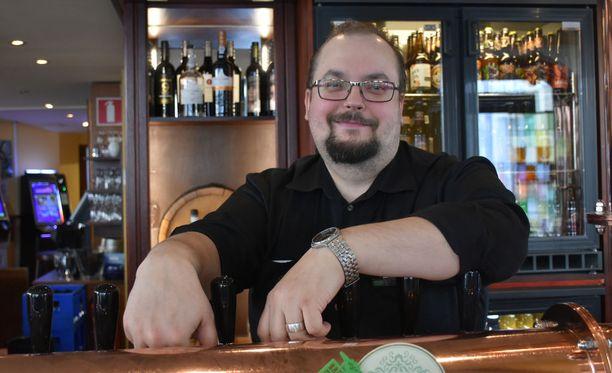 William K.Kurvin ravintolapäällikkö Jussi Hartikainen on tyytyväinen uuden alkoholilain tuomaan mahdollisuuteen pidentää anniskeluaikaa.