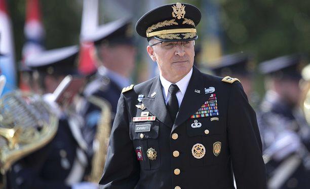 Kuvassa kenraali Curtis Scaparrotti vierailulla Alankomaissa.