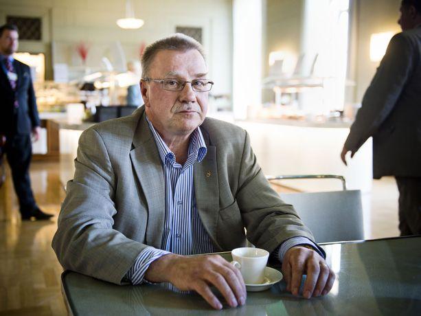 Sinisten kansanedustaja Pentti Oinonen ei aio äänestää sote- ja maakuntauudistuksen puolesta, jos lakipaketti enää ehtii äänestykseen.