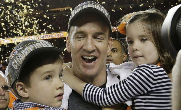 Peyton Manning juhli Super Bowlin voittoa poikansa Marshall ja tyttärensä Mosley sylissään.