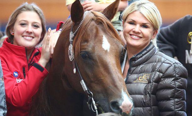 Gina-Marie ja Corinna pitävät hevosurheilusta.