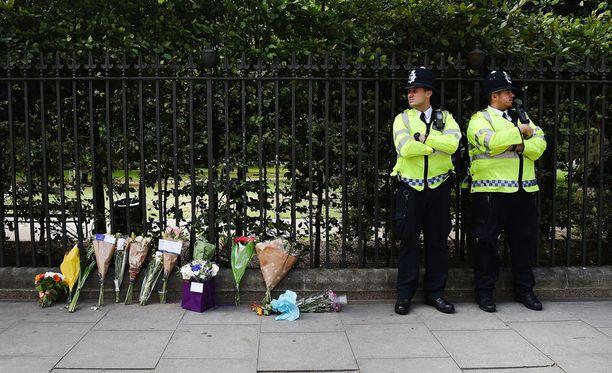 Lontoon puukotuspaikalle on tuotu kukkia.