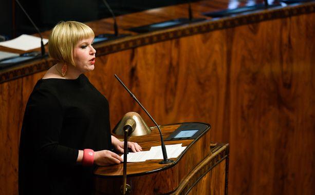 Perhe- ja peruspalveluministeri Annika Saarikko pitää asiakasmaksulain uudistusta hyvänä yhdenvertaisuuden kannalta, kun maksut ovat samat koko maakunnan alueella. Kuva syyskuulta 2017.