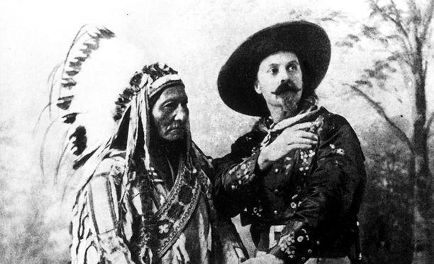 Cody yhteiskuvassa intiaanipäällikkö Istuvan Härän seurassa.