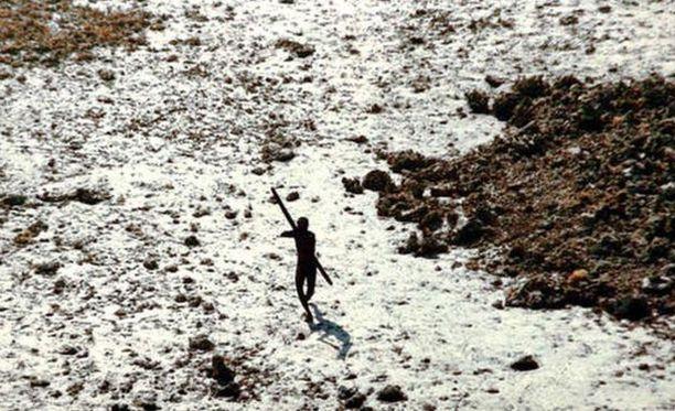 Vuoden 2004 tsunamin jälkeen saarelaisten kohtaloa yritettiin selvittää helikopterista. Outoa lentolaitetta ammuttiin nuolilla.