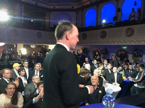Perussuomalaisten puheenjohtaja Jussi Halla-aho omiensa edessä puolueen vaalivalvojaisissa sunnuntai-iltana 14. huhtikuuta.