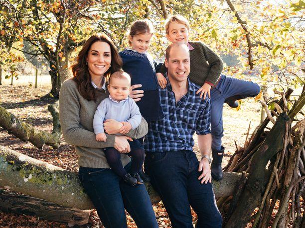 Herttuatar Catherinella ja prinssi Williamilla on kolme lasta: keväällä vuoden täyttävä prinssi Louis, 3-vuotias prinsessa Charlotte ja 5-vuotias prinssi George.