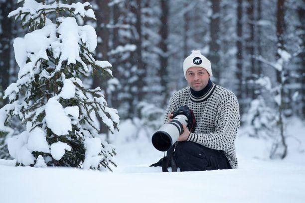 Kimmo Ohtonen kohtasi uroskarhun ensimmäisen kerran paettuaan metsään isän raivoa 9-vuotiaana.