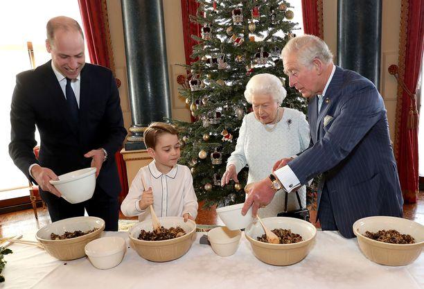 William, George, Elisabet ja Charles tekivät ennen joululounasta yhdessä brittien suosimaan vanukasta.
