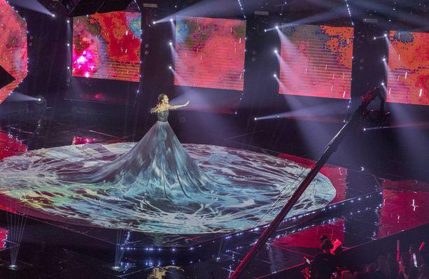 Viron Elina Netšajevan mekko on hämmästyttävän näköinen.