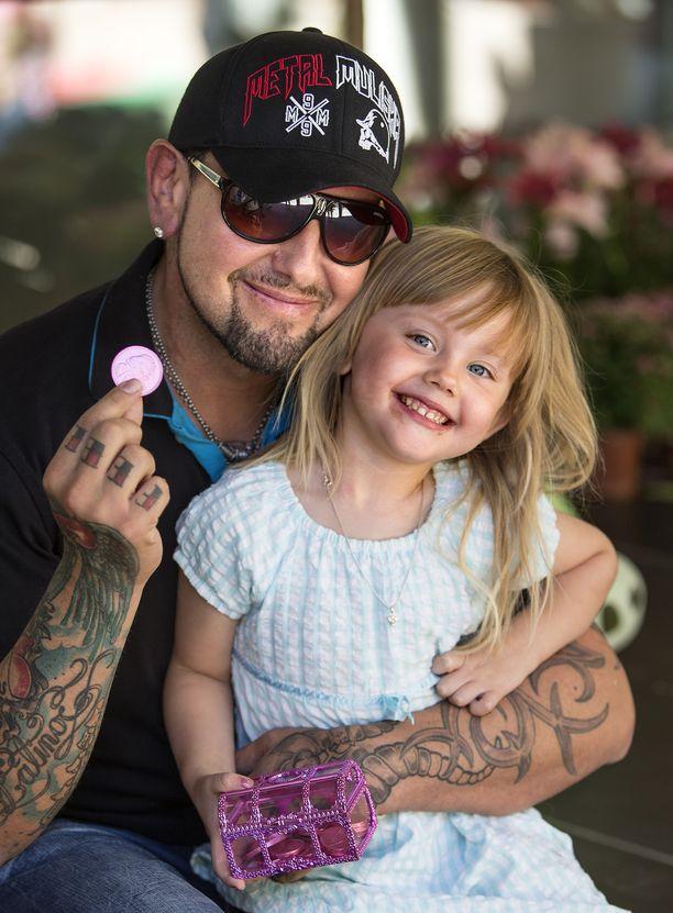 Erottamaton parivaljakko Esko Eerikäinen ja Victoria-tytär ikuistettuna vuonna 2013. Nyt Victoria on jo yhdeksän vanha.