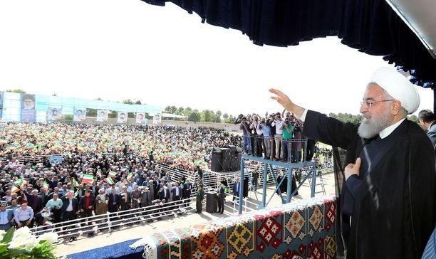 Hassan Rouhani puhui tv-kameroiden ja suuren yleisön edessä Sabzevarrissa Luoteis-Iranissa sunnuntaina.
