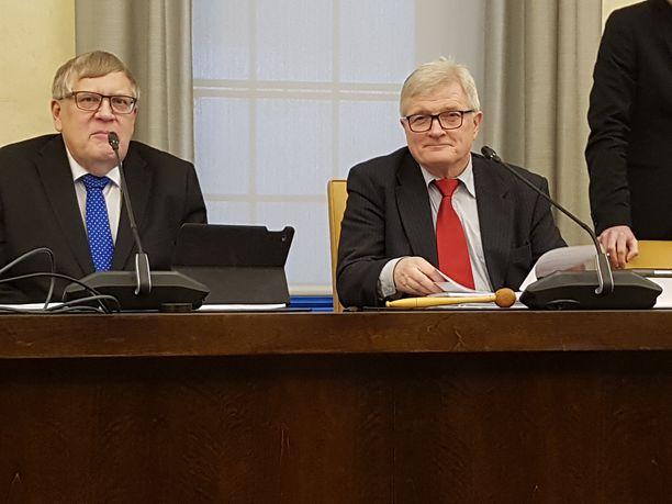 Valtiovarainvaliokunnan varapuheenjohtaja Esko Kiviranta (kesk) ja valiokunnan puheenjohtaja Johannes Koskinen (sd)