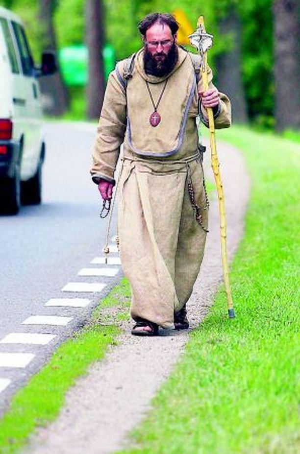 LORDI VAI LIFTARI? Tshekin tasavallasta lähtenyt pyhiinvaeltaja matkasi eilen Puolan Wadowiceen kunnioittamaan paavin vierailua.