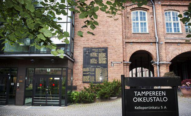 Syytteet luettiin Tampereen oikeustalolla perjantaina.