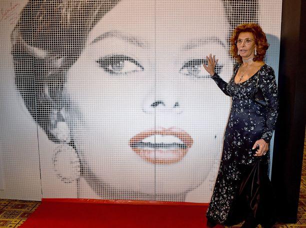Loren edusti näin tyylikkäänä viime huhtikuussa La Dolce Italia -hyväntekeväisyysgaalassa Australiassa.