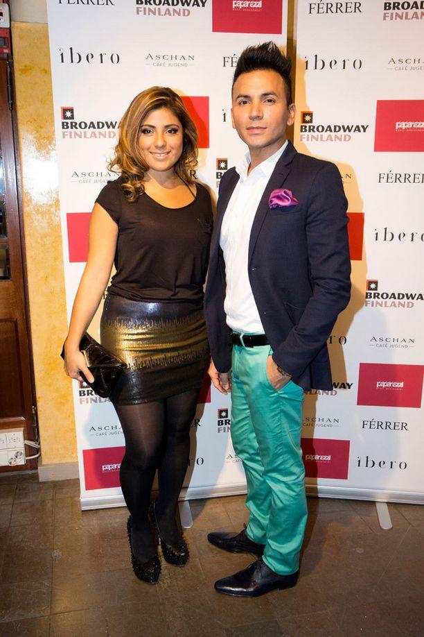 Tyylikäs Antonio Flores ostaa mielellään vaatteita ulkomailta, kuten Lontoosta tai Brysselistä. – Laitoin kevään kunniaksi värikkäät housut ja taskuliinan, hän sanoi seurassaan ystävä Ligia Väisänen.