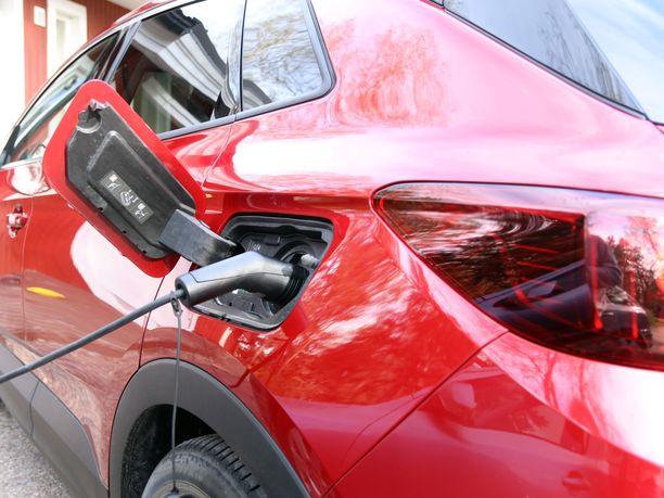 Ladattavien hybridien suosio on kasvanut jatkuvasti, mutta nyt EU:ssa suunnitellaan niiden rankaisemista.
