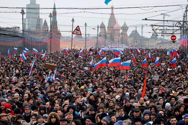 Kymmenettuhannet ihmiset marssivat eilen Moskovassa ja muissa venäläiskaupungeissa Nemtsovin muistolle ja rauhan puolesta.