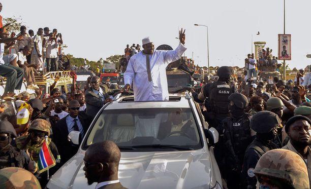 Gambian uusi presidentti Adama Barrow heilutti autosta käsin kannattajilleen maan pääkaupunki Banjulissa.