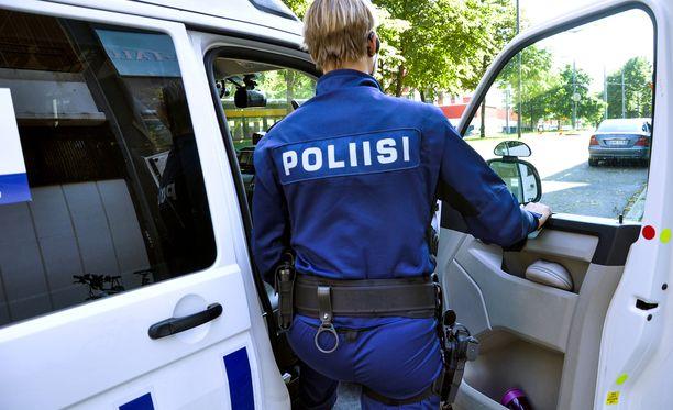 Poliisitarkastaja uskoo, että kaikki poliisit eivät soveltuisi tai haluaisikaan asetta mukaansa virka-ajan ulkopuolella. Kuvituskuva.